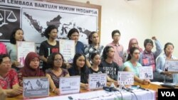 Sejumlah lembaga swadaya masyarakat dan aktivis perempuan yang tergabung dalam Aliansi Masyarakat Peduli Korban Kekerasan Seksual membangun gerakan melawan kekerasan seksual . (VOA/Fathiyah Wardah)