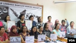 Sejumlah Lembaga Swadaya Masyarakat dan aktivis perempuan yang tergabung dalam Aliansi Masyarakat Peduli Korban Kekerasan Seksual mendirikan gerakan melawan kekerasan seksual (Foto: VOA/Fathiyah)