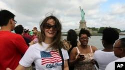 4 Temmuz Bayramında gemiyle New York 'taki Özgürlük Heykeline ulaşan ziyaretçiler