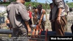 북한 황해북도 소흥에서 프랑스 구호단체 '트라이앵글 제너레이션 휴머니테어'가 지원한 식수 개선 사업의 일환으로 수도관을 매설하고 있다. (사진 출처: '트라이앵글 제너레이션 휴머니테어' 웹사이트)