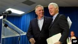 2013年10月27日前總統克林頓(右)在維吉尼亞戴爾市準備為民主黨州長候選人麥考利夫(左)競選州長活動發表助選講話