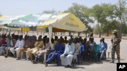 Para tahanan yang ditangkap oleh tentara Nigeria duduk dibawah tenda sebelum dibebaskan di barak militer Giwa, Maiduguri, Nigeria, 12 Februari 2016 (Foto: dok).