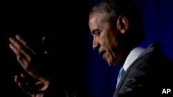 Prezident Obama Syrakuz Universitida jurnalistlar uchun Toner mukofotini topshirish marosimida so'zlamoqda.