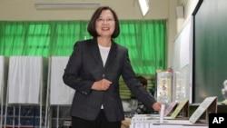 台湾总统蔡英文在新北市投出她的一票。(2020年1月11日)