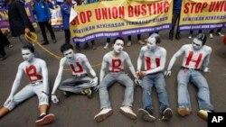 1일 노동절을 맞아 인도네시아 근로자들이 '노동자'를 뜻하는 'Buruh'을 몸에 쓰고 시위하고 있다.