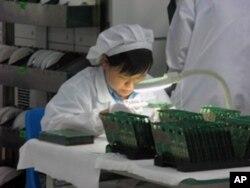东莞一家通信技术设备公司的工人在工作