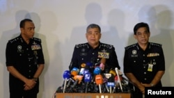 Inspektur Jenderal Kepolisian Malaysia Khalid Abu Bakar (tengah) dalam konferensi pers di Kuala Lumpur, Malaysia, 22 Februari 2017. (REUTERS/Athit Perawongmetha).