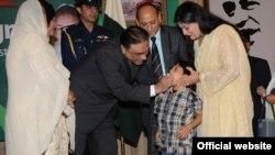 صدر زرداری نے ایک بچے کو پولیو سے بچاؤ کے قطرے پلا کر مہم کا آغاز کیا