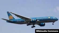 Máy bay Boeing của hãng Việt Nam Airlines hạ cánh xuống Sân bay Changi ở Singapore.