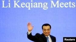 리커창 중국 총리가 15일 베이징 인민대회당에서 진행된 전국인민대표대회 폐막 회견 현장에서 내외신 기자들에게 손을 흔들고 있다.
