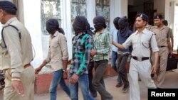 Para sekelompok pemuda terdakwa pelaku perkosaan dalam bus di New Delhi, India, digiring menjuju pengadilan di distrik Datia, Indian tengah, Maret lalu (Foto: dok). Pengadilan anak-anak India akan mengumunkan vonis bagi pelaku perkosaan yang berusia 17 tahun saat melakukan serangan di atas bus tersebut, tanggal 25 Juli mendatang.