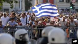 國際借貸方委派的檢查人員將於星期四重返希臘﹐繼續審核希臘金融前景,希臘因為金融危機﹐街頭不時出現示威情況。