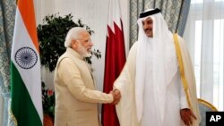 Poignée de main entre l'émir du Qatar, cheikh Tamim ben Hamad Al-Thani, à droite, et le Premier ministre indien Narendra Modi, à Doha, au Qatar, 5 juin 2016.