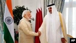 L'Emir du Qatar Cheikh Tamim Ben Hamad Al Thani, à droite, se serre la main du Premier ministre indien Narendra Modi, à Doha, au Qatar, 5 juin 2016.