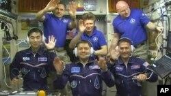 러시아의 소유즈 우주선에 탑승한 미국과 러시아, 일본 우주비행사 3명(앞줄)이 23일 국제우주정거장에 무사히 도착해 사진을 전송했다.