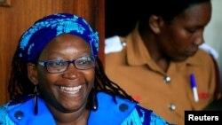 Stella Nyanzi, éminente universitaire ougandaise, devant le tribunal de Buganda Road, accusée de cybercriminalité après avoir publié des dénonciations profanatrices du président Yoweri Museveni sur Facebook, à Kampala, en Ouganda, le 25 avril 2017.