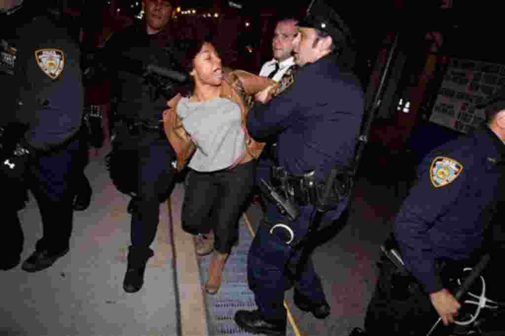 En la madrugada del 15 de noviembre de 2011, cientos de policías desalojaron a cientos de manifestantes de su campamento en el parque Zuccotti en Nueva York.