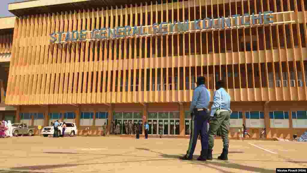 Forte sécurité aux abords du stade Seyni Kountché de Niamey pour le meeting Mahamadou Issoufou, le 18 février 2016(VOA/Nicolas Pinault)