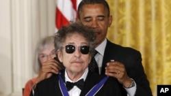"""Bob Dylan reçoit la """"presidential medal of freedom"""" décernée par Barack Obama le 29 mai 2012. (AP/Charles Dharapak)"""