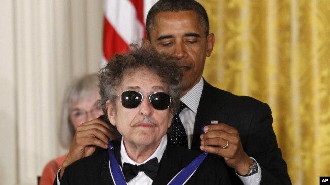 Ông Bob Dylan được Tổng thống Obama trao Huy chương Tự do năm 2012.