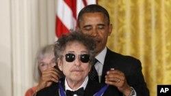 Le 29 mai 2012, le président Barack Obama a décerné la Médaille de la Liberté à Bob Dylan.