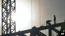 中国工人在建筑工地上焊接(2011年12月1号资料照)