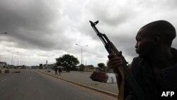 1 chiến binh ủng hộ ông Alassane Ouattara tuần tra đường phố ở phía bắc huyện Abobo của Abidjan