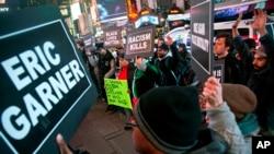 Times Meydanı'nda Garner'ın ölümüyle ilgili jüri kararını protesto eden göstericiler