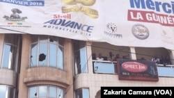 Une radio a été attaquée lors de la ville morte a été organisée à Conakry, en Guinée, le 12 mars 2018. (VOA/Zakaria Camara)