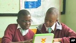 肯尼亚儿童使用小电脑