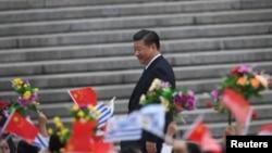 중국의 '반 부패 개혁' 작업을 주도하고 있는 시진핑 국가주석이 18일 베이징 인민대회당 앞에서 열린 타바레 바스케스 우루과이 대통령 환영식 참가 시민들을 향해 웃음짓고 있다.