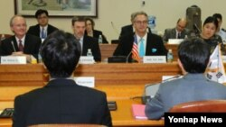 미국 측 에릭 존 국무부 방위비 분담협상 대사(정면)와 한국 측 황준국 외교부 한미 방위비분담 협상 대사 등 미-한 협상단이 24일 외교부 청사에서 방위비분담 특별협정(SMA) 체결을 위한 제2차 고위급 협의를 하고 있다.