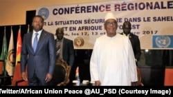 Le chef d'Etat togolais Faure Gnassinbgé, président de la Communauté économique des Etats d'Afrique de l'Ouest (Cédéao), à droite, à côté de son homologue malien Ibrahim Boubacar Keïta lors de l'inauguration du centre de coordination ouest-africain d'aler