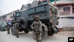 بھارتی کشمیر میں سیکیورٹی اہل کار حملے کے مقام پر کھڑے ہیں۔ فائل فوٹو