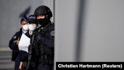 Policija ispred sudnice u Parizu