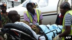 Un policier kényan est emmené à l'hôpital à Nairobi, le 17 janvier 2016 (Photo d'illustration).