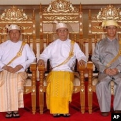 Former Burmese President Thein Sein, center, former Vice Presidents Thiha Thura Tin Aung Myint Oo, left, and Sai Mauk Khan Maung Ohn pose for photos at the presidential house in Naypyitaw, Burma (File Photo - March 31, 2011)