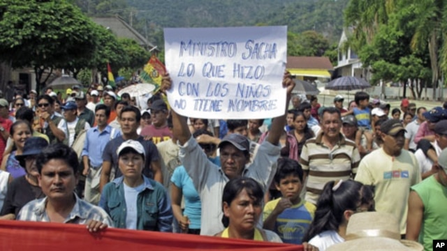 Residents of Rurrenabaque march during a rally in support of the Isiboro Secure Indigenous Territory and National Park in Rurrenbaque, Bolivia,  September 28, 2011.