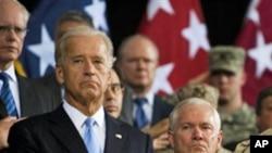 امریکی نائب صدر جو بائیڈن (بائیں) اور امریکی وزیرِ دفاع رابرٹ گیٹس