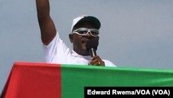 La décision du président Pierre Nkurunziza de briguer un nouveau mandat divise la population (Photo Edward Rwema/VOA)