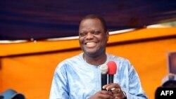 L'homme d'affaire Sébastien Ajavon, soutient le candidat Talon, à Cotonou, le 18 mars 2016.