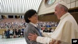 Paus Fransiskus memeluk Suster Carmen Sammut, suster misionaris Our Lady of Africa pada akhir audiensi khusus di Vatikan (12/5).