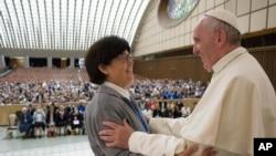 Le pape François salue soeur Carmen Sammut, dans le hall du Vatican, le 12 mai 2016.