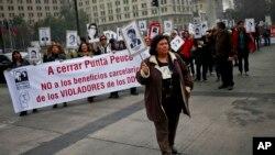Ratusan keluarga yang menjadi korban para pelanggar HAM berdemonstrasi di Santiago (foto: dok).
