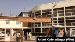 L'entrée principale de la mairie de N'Djamena, Tchad, le 20 mars 2020. (VOA/André Kodmadjingar)