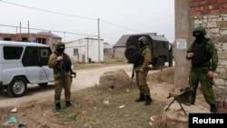 Lực lượng an ninh Nga trong 1 cuộc truy quét ở ngoại ô Makhachkala, 18/1/2014