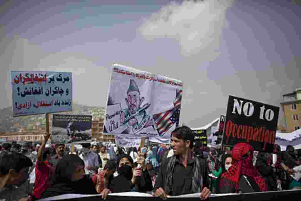 En Kabul, 10 años después de llegar las fuerzas estadounidenses, cientos de afganos protestan contra la presencia de EE.UU.