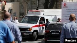 آمبولانس حامل جسد ناهض حتر در مقابل دادگاه