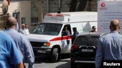 Xe cứu thương đưa thi thể của nhà văn Nahed Hattar đến một cơ sở y tế sau khi ông bị bắn chết ở Amman, Jordan, ngày 25 tháng 9 năm 2016.