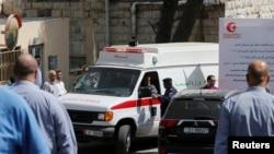 Wata motar daukar maras lafiya, dauke da gawar Naheed Hatter, marubuci da aka kashe a Amman Jordan, rana r lahadin nan.